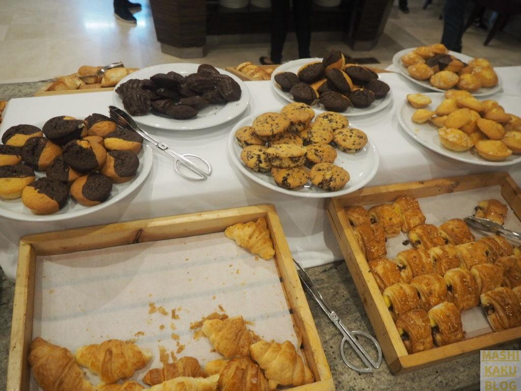 朝食のクッキーとパン